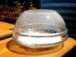 Kristallisation des sublimierten Kampfers in der Glaskuppel nach Verdunsten des Kampfers auf dem Schalenboden